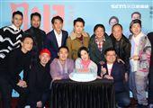 「腿」電影首映會所有演員幫桂綸鎂慶生。(記者邱榮吉/攝影)