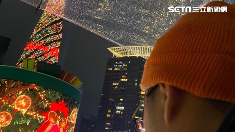 要求一个轻便的成熟女人参观圣诞节城! 吃300元黑白斩超级终极业务上线生活| 三里新闻网SETN.COM
