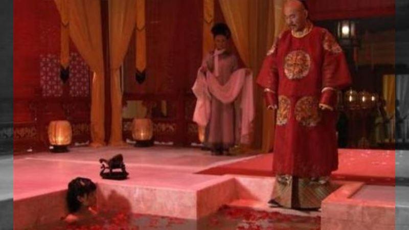 甄嬛湯泉侍寢 皇帝手伸進水裡原因羞