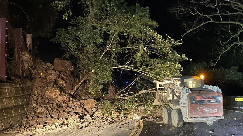 北宜公路47.1K暗夜傳出坍方! 土石樹木滑落道路封閉
