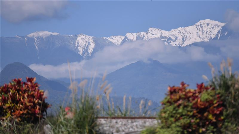 奇萊山頭覆蓋白雪 花蓮平地抬頭就能賞雪景