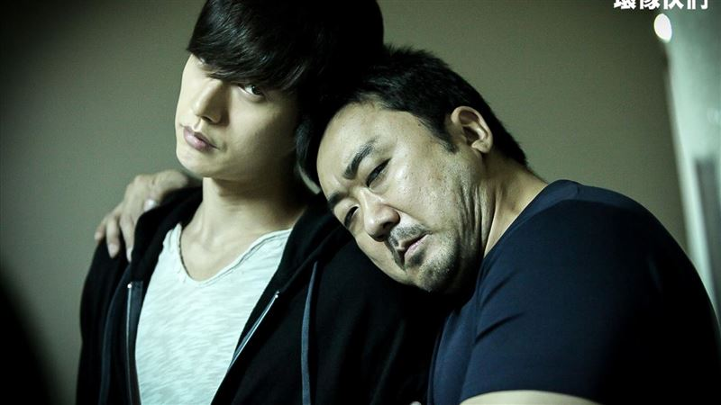 南韓包偉銘戀愛了 背後環抱壯碩的他