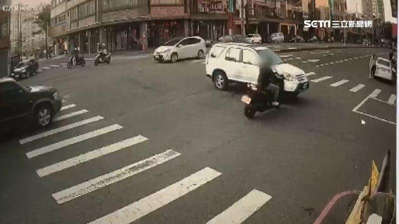 休旅車紅燈7秒闖路口 男遭擊落重摔