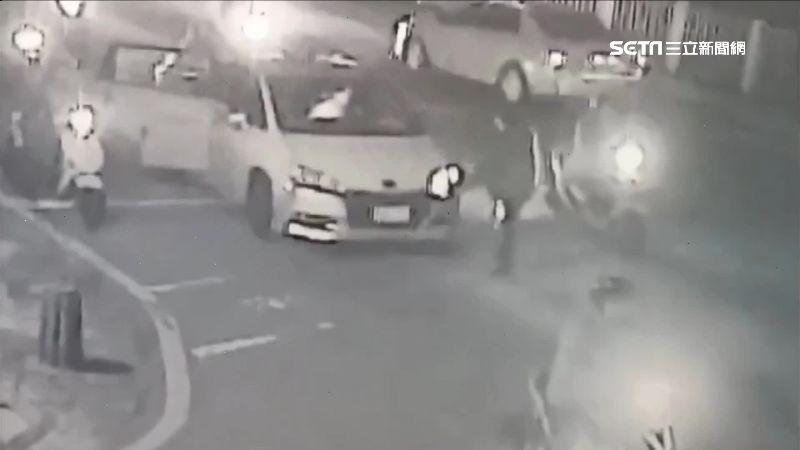 不滿運將一直踩煞車 醉客半路下車怒踹小黃車頭