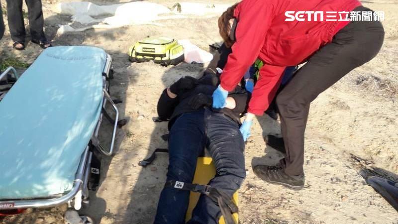 轎車與機車相撞 32歲騎士遭撞噴飛 他跌落田裡慘哀嚎