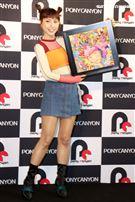 峮峮與日本畫家笹田靖人合作發表藝術創作。(記者邱榮吉/攝影)