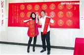陳仙梅、王中平跟書法藝術家黃明勝老師學習寫書法。(圖/記者楊澍攝影)