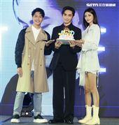 王振諾出道記者會嘉賓蔡旻佑、吳宜樺送上蛋糕祝福。(記者邱榮吉/攝影)