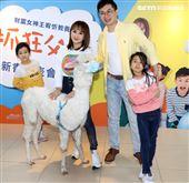 財富女神王宥忻新書發表會做公益,全家出動支持包括嘉賓草泥馬(麥可)。(記者邱榮吉/攝影)