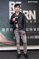 演員林家佑全裸揭20公分骨癌傷疤寫真書記者會。(圖/記者楊澍攝影)