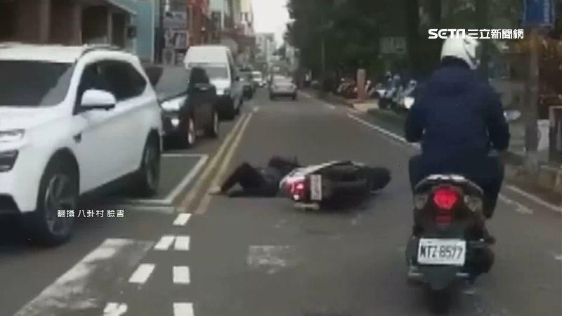 2機車對撞 71歲老婦噴飛撞人行道