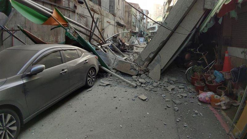快訊/地震才過 大樓外牆大面積坍塌