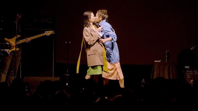 柯泯薰當眾被女星搶吻 嚇壞跌坐舞台