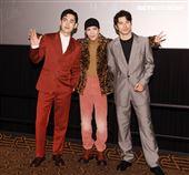 蕭敬騰不完美的我MV發布會,「跟你老婆去旅行」演員鳳小岳、張書豪送上老婆餅祝福。(記者邱榮吉/攝影)