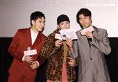 蕭敬騰、鳳小岳、張書豪一起飆唱電影「跟你老婆去旅行」主題曲。(記者邱榮吉/攝影)