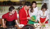 陳隨意、謝宜君、向蕙玲、謝金晶秀廚藝「牛年上菜迎好運』2021賀年。(記者邱榮吉/攝影)