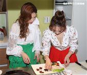 向蕙玲、謝金晶巧手烹調獻創意年菜。(記者邱榮吉/攝影)