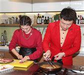 總鋪師歌手陳隨意、謝宜君夫婦獻創意年菜。(記者邱榮吉/攝影)