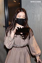 雞排妹被擋在門外,只能透過手機直播觀看記者會。(圖/記者楊澍攝影)