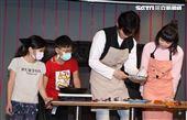 實力派新人王振諾、正妹賴珮菱一起陪伴弱勢兒製作年糕。(記者邱榮吉/攝影)