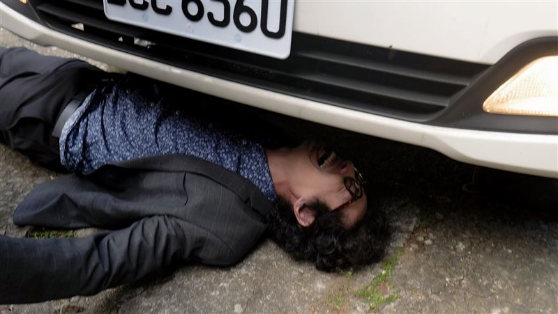犯人持刀挾持 男星被卡車底險遭輾斃