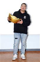 「含羞草日記」含羞草(草爺)無懼團員超艾夾街頭遭刺事件,依舊照常出席原訂計畫的遊戲「寶島娛樂城」代言暨公益捐贈活動。(記者邱榮吉/攝影)