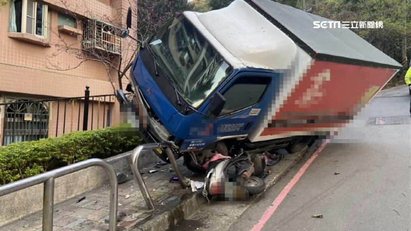 獨/小解釀大禍!貨車臨停山坡沒熄火 暴衝下山撞毀3機車