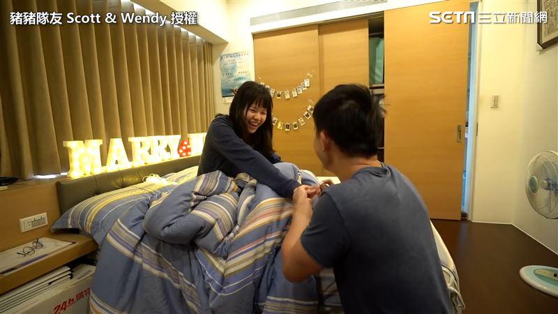 趁女友睡著求婚 他靠25元戒套牢她