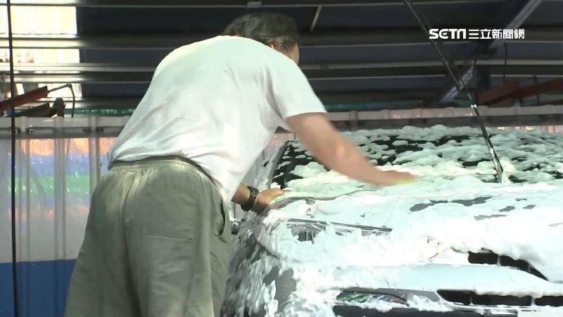 零錢放投幣機 賊趁車主洗車一掃而空