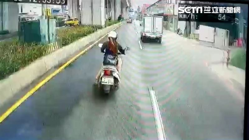 畫面曝光!女騎士曳引車前急煞遭撞飛