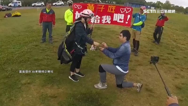 飛行傘剛降落 男友求婚:嫁給我好嗎