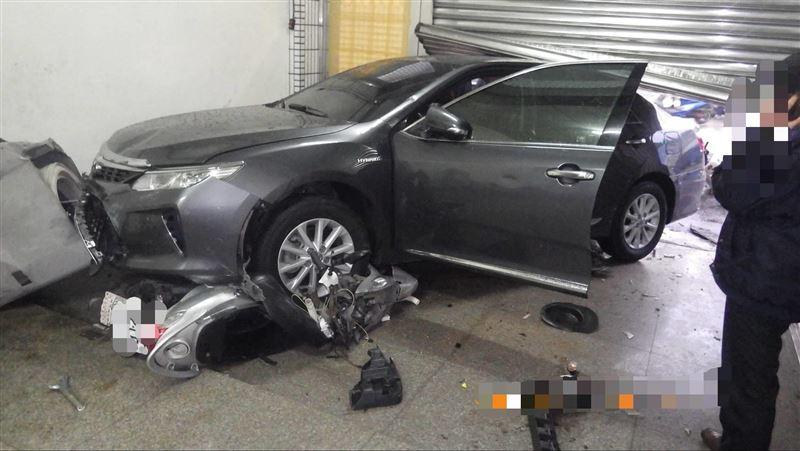 轎車疑煞車失靈撞進民宅 3人受傷
