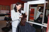 台灣髮型師吳依霖為公益解封巧手變髮。(記者邱榮吉/攝影)