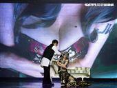 第二屆JKF百大女郎頒獎典禮KID擔任頒獎人,充當攝影師體驗與JKF女郎互動。(記者邱榮吉/攝影)