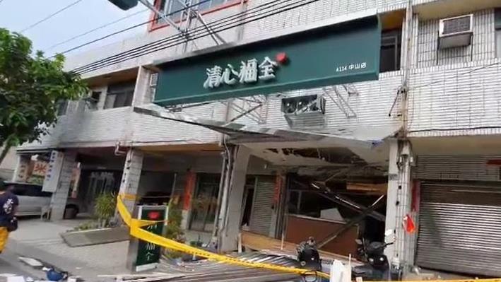 砰!清心飲料店氣爆「鐵門炸飛馬路」驚悚6秒影片曝 | 社會 | 三立新聞