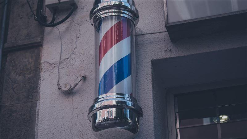 理髮店門口必備「彩色旋轉燈」?網友曝驚悚由來