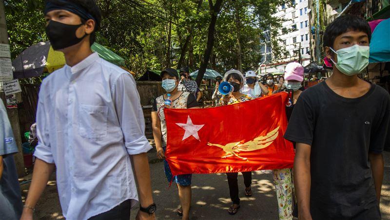 反制軍政府斷網 緬甸年輕人靠地下刊物互通