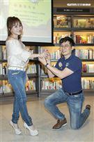 王宥忻老公單膝下跪送鑽戒。(圖/記者楊澍攝影)