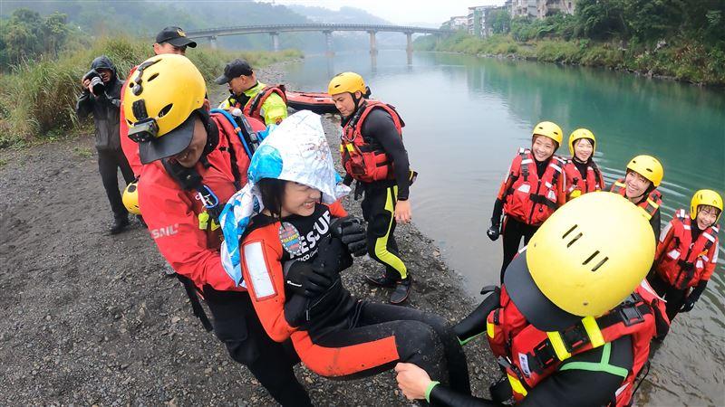 超硬挑戰!一日水上救援眾女神不畏寒流 搏命演出竟爆吐
