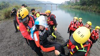 籃籃挑戰水上救援 下水秒出意外爆吐