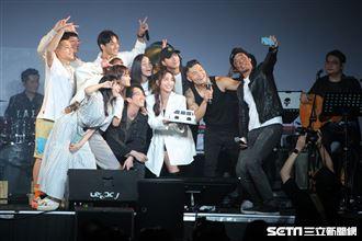 金曲歌王李玖哲首次在legacy開唱,演唱會的最後邀請《全明星》夥伴都上台,幫姚元浩慶生,而這也是江宏傑婚變後首次公開登上舞台亮相。(圖/記者楊澍攝影)