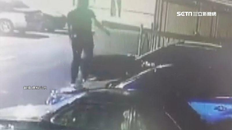 男折斷停車場柵欄 狂跳車頂、引擎蓋