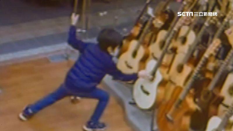 偷彈吉他童找到了 老闆暖心免費教學