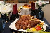 IKEA宜家家居内湖店限定餐點超大24盎司丁骨牛排。(記者邱榮吉/攝影)