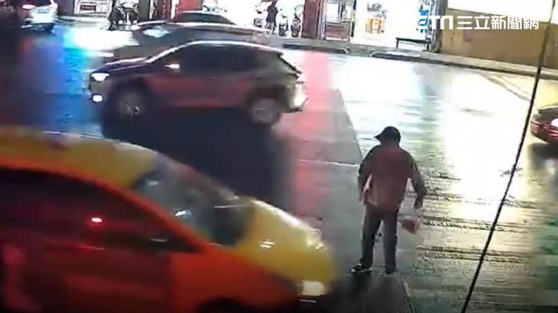 阿北悠哉闖紅燈 小黃急煞車慘遭追撞