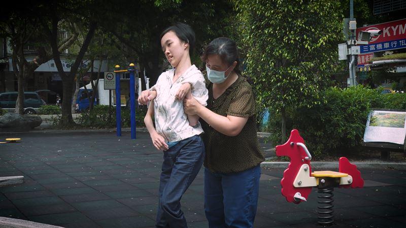 多重障礙女兒常大叫 堅強母陪伴實錄