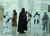 黑武士、R2D2、丘巴卡、白兵、達斯魔、REX、機車兵、阿索卡與百名星戰迷共襄盛與星戰日活動。(記者邱榮吉/攝影)