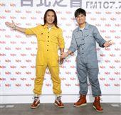 動力火車顏志琳、尤秋興宣傳新專輯。(記者邱榮吉/攝影)