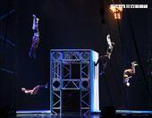 美國大馬戲團(Le Grand Cirque)表演彈跳特技。(記者邱榮吉/攝影)