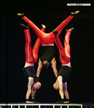 美國大馬戲團(Le Grand Cirque)表演疊羅漢。(記者邱榮吉/攝影)